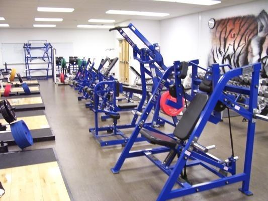 Lifting machines in the high school weightroom